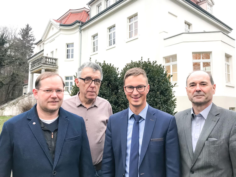 Von links: Uwe Berk (CDU), Erhard Kümpel (FDP), Bürgermeister Andre Stenda und Emil Kümmel (FWH)